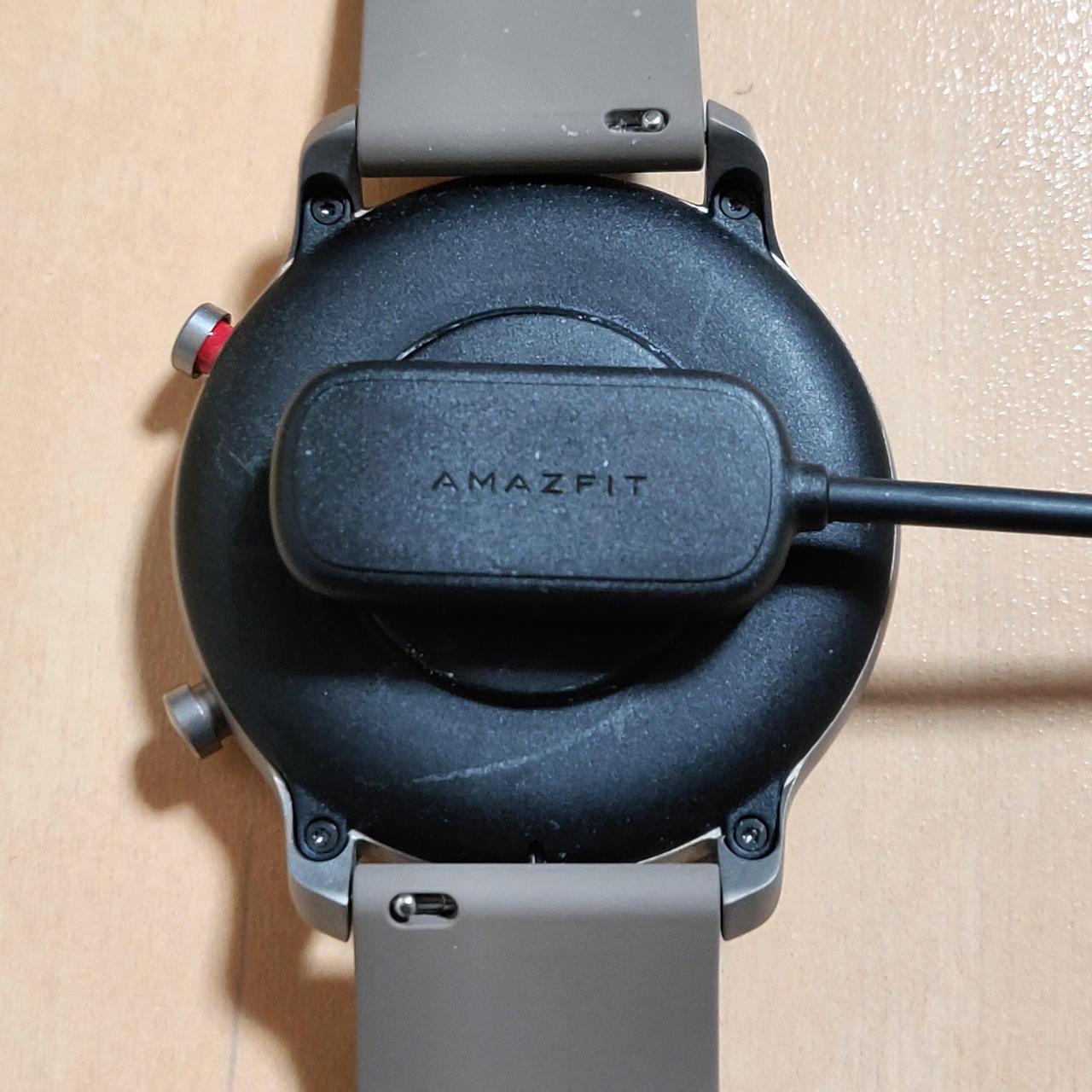 Amazfit GTRはバンドを本体から外さず腕から外してそのままマグネット式の充電コネクタを接続するだけで充電開始