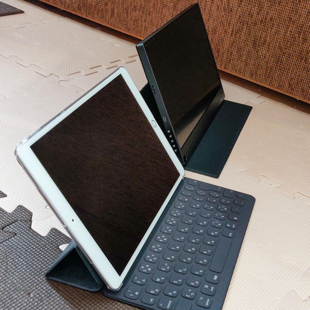 緩やかな傾斜のパターンのモバイルディスプレイをSmart KeyboardをセットしたiPad Airと並べてみました