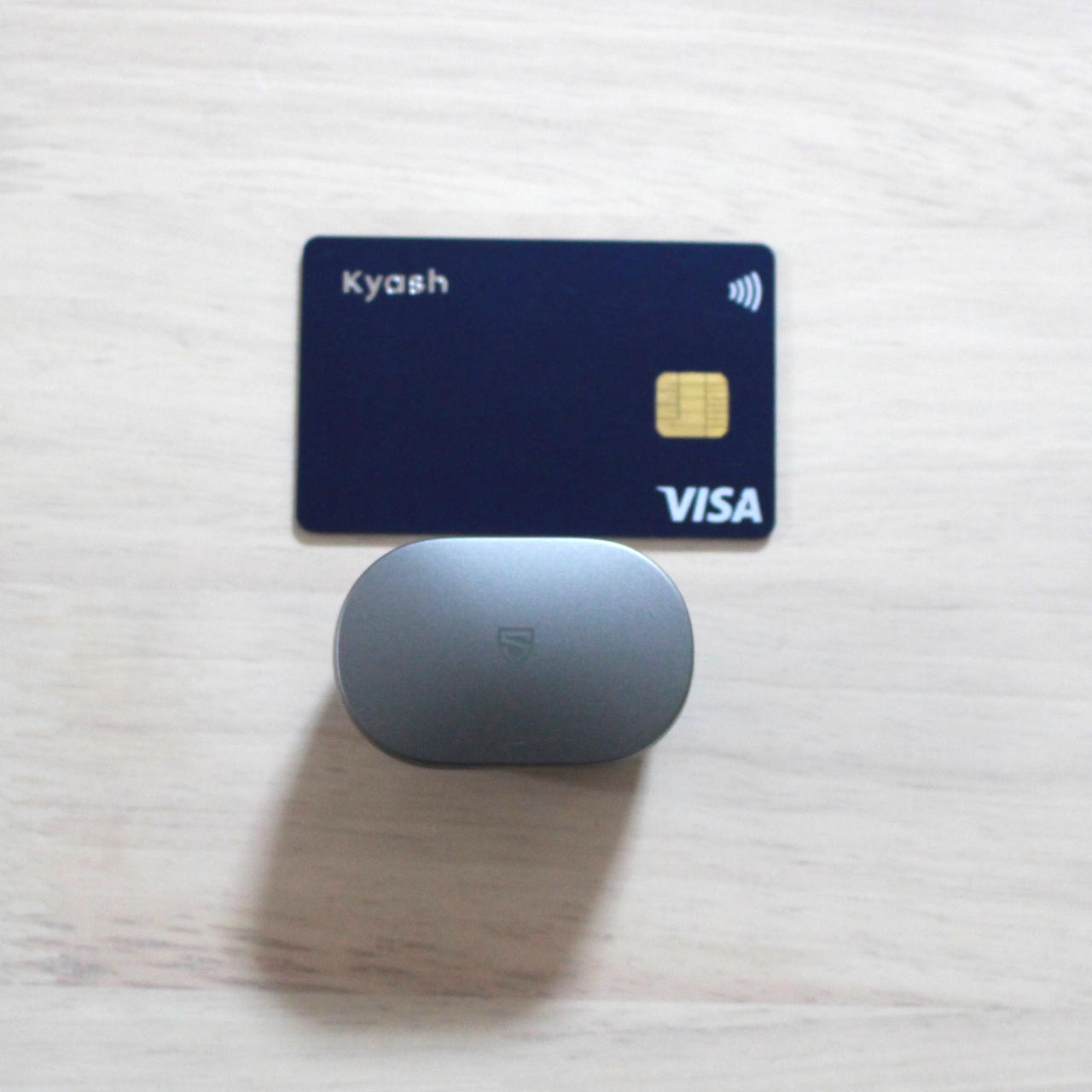 SOUNDPEATS Sonicのケースの大きさはクレジットカードより一回り小さい